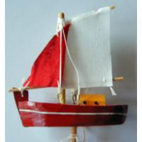 Segelboot am Stecker